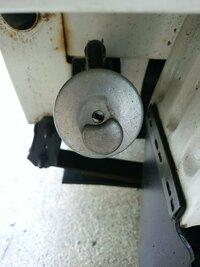 軽トラの給油についてです。 軽トラの給油口が開かないです。 鍵穴に鍵の先っちょだけ入れてクルッと回してそれからキャップをギギギっととるタイプです。 クルクル回しても開かないんですが サビとかですかね...