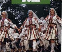民族衣装について。 こちらの画像の民族衣装、どちらのかわかる方いらっしゃいますか?   1990年代に買ったロシア民謡のCDのパッケージなんですが、僕の知っているサラファン(сарафан)とは違いますし、どこかの...