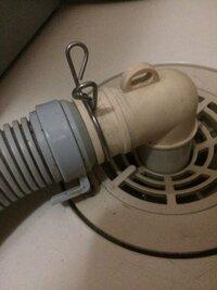 至急お願いします!! 洗濯機の排水ホースと、それをつなぐ、排水溝から出ているパイプ?の接続部分が金具をつけてもスポスポ抜けてしまいます。  賃貸に最近引っ越したのですが、引っ越し業者の方に、 元々付い...