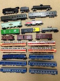 鉄道 電車 蒸気機関車 模型 HOゲージ? アンティーク 中古   祖父の遺品整理中に模型が多数出てきたのですが、これらは価値のあるものでしょうか? 状態はどれもまちまちですが使用感はありま す。  また、祖父自身が作ったものもあるかもしれません。  写真の上から順番に分かる範囲で記載します。  ・1段目 蒸気機関車 →車体裏 Adachi →D5110  ・2段目...
