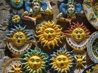 イタリアへ旅行に行きました。 様々な宗教や文化を学ぶ事ができ満足しております。 その中で、ベネチアに行った時に、太陽に顔が描かれた置き物をよく見ることがありました。 お見上げに陶器の置物を買ったのですが、 名前もわからないですし、宗教的意味合いもわかりません。 教えて下さい。