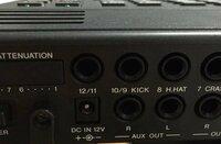 友人からもらった電子ドラムに電源コードがついていなかったのですが、amazonなどで単品のものを買う場合どのようなものを買えばいいでしょうか。 コードの差し込み口には画像のように 「DC IN 12V + →○ - 」 と...