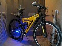 ハマーの自転車です。青で光っているパーツとハンドルについた銀色のパーツの商品名を教えて下さい!