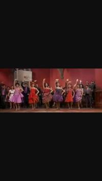 ウエストサイドストーリーのマンボの並び順についてわかる方…いらっしゃいませんか。 一番左がアニタだということはわかるのですが、、、あとがわかりません。 この並び順は映画でも舞台でも 同じでしょうか。...