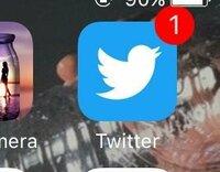 ツイッターの通知の数字がずっと消えません。 何も新着の通知がないのにこのままなんです。 一度開いて閉じても変わりません。 なぜなんでしょうか?  iPhoneです。