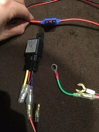 エーモン製品の配線について エーモン1245の4極リレーの赤にバッテリーからの電気をもらいます。 そこで使用するのがエーモンE341の電源取り出しコードです。10Aのヒューズが付属されていましたが20Aに付け替えることは可能でしょうか?それとバッテリーに直接つなぐ線2本とリレーにつなぐ+線と−線が一本あるんですが説明には電装品の−側へと書いてあります。これはイカリングのマイナス側に取り付けれ...