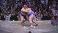 毎日大相撲を見ている詳しい方にお聞きします いつもこの砂かぶり席(?)にいつこのオジサンは何者ですか? 今場所だけじゃなく、昨年も両国国技館で行われたときにはいつもいつもいた気がします BSでお昼過...