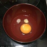 生卵を割ったら黄身の他に白い丸い物が2つ出てきました。 これ、なんですかね??