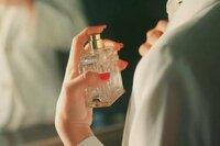 香水の上手な付け方をおしえてください。 すれ違いざまにほのかに香るようにするにはどうしたらいいのでしょうか?  これはオススメしません。などありましたらお願いします。