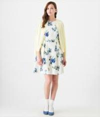 至急!花がらワンピースのコーデについて。 こんにちは。19歳女子です。コーディネートについての質問です。 今日の夜に部活の先輩とご飯に行きます。その時に着る服についてなんですが、膝丈くらいの花がらワンピースを着ようと思っています。白地にピンクの花柄でノースリーブです。 夜にノースリーブだと流石に寒いと思うので、上に重ね着をしようと思うのですがどのようなものを重ねればよいでしょうか?私の持って...