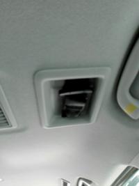 車の天井にシートベルトがついていたのですが、どのように使いますか?