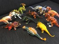 ダイソーで、恐竜のフィギュア「恐竜ワールドジュニア」というものを買いました。 全12種類で、12種類全て買ったのですが、恐竜の名前(種類)が分かりません… どなたか全種類分かる方、いらっし ゃいませんか??