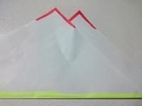 仏壇に供える時の懐紙の折り方、置き方ですが、 写真の赤い部分ように、折った時に左斜め上をはみ出すように折って、写真の黄色の部分を手前にしたらいいのですか? (仏壇の方にギザギザを向 ける) ネットで調...