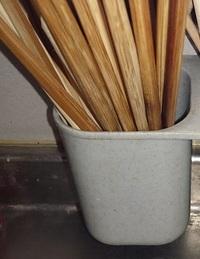 箸を洗った後、箸立てに入れています。 箸立ての底は一応穴が開いているのですが、うまき水が切れない見たくて、水のあなに水分が留まってしまう傾向が有るみたいで、  箸の持ちての側が黒くカビが薄っすらと生...