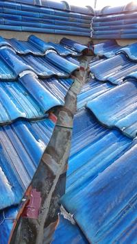 屋根の修理のことで困っています。瓦屋根と瓦屋根の間に幅10センチほどの隙間があり... - 教えて! 住まいの先生 - Yahoo!不動産