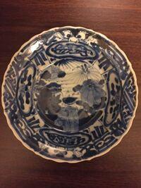 この染付の皿は、何年代のどの様なものでしょうか? 詳しい方、ご教示頂けると、幸いです。  【骨董 古美術 染付 磁器 古伊万里】