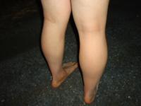 夏ごろから裸足でたまに外出してます。自転車で外出なのでこぐ時は学校の内履き。 小学校の時は裸足教育だったので高校生になっても裸足が癖に☆ 皆さんも昔は裸足教育でしたよね?  高校一年男子です。 公園の芝生からアスファルトまで。スーパーやコンビニにもたまに裸足のまま。お客さんはびっくりして足もと見ていきます笑 皆さんにもオススメいたします!どう思いますか?