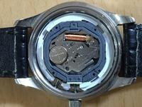 10年以上前にフィリップモリスのたばこのボックストップを集めて購入した3針カレンダーの腕時計です。  リューズの横のボタンを押すと3針のうち、月が変わります。 自分で裏蓋を開けて電池交換(SR621SW)したのですが、動きません。  リセットが必要なのでしょうか?又、その方法は?  コイルの近く(画面上で下側)の穴の横に(-)の表示があったので、ピンセットで穴と電池の+と繋げまし...