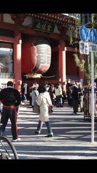質問します 浅草にある観光スポットの浅草寺は自転車通行が禁止なのでしょうか  それともしダメなら押して歩くことはできますか?  一応、標識らしきものも上げておきます