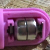 豆電池をこのように2つ重ねて入れる場合のプラスマイナスの向きがわかりません このように入れてしまいましたが、電源を入れても動きません でも何故か取ろうとして(取れません)電池と電池の間にピンセットを差...