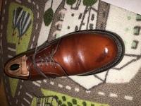 革靴のキズ 補修  助けてください。 オールデン グレインカーフの革靴が激しく擦りキズになり写真のように色を塗ってもそこの部分が黒くなるだけです。 何か良いアドバイス頂きたく思います 。何卒よろしくお...