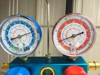 エアコンの不具合についてお願いします。 フレア部 ナイログ、リキッドタンク交換、エキパン未確認、エバポレーター・コンデンサー加圧テスト済み  このような状態で新規にクーラーを組み付けたんですが、低圧が以上に高く 高圧が低い状態です。  コンプレッサーがかなり怪しいと思うんですが、低圧・高圧とも指で押さえて圧がかかるのを確認したんですが、それくらいでは判断できないのでしょうか?  それとも、他...
