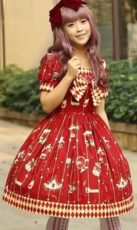 この女性の洋服のスカートを見てどう思いますか? 見て思ったまんまで感想をどうぞ。