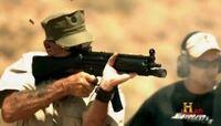 ガニー軍曹のミリタリー大百科を見て疑問に思ったのですが、この画像の銃の構え方ってどうなのでしょうか?安定したりするのでしょうか?