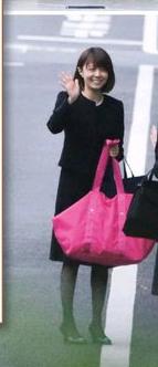 小林家の麻耶さん、壊れましたか 手を振り笑顔 葬儀の日にバッグがピンク色って、、