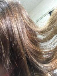 髪の毛が光に当たるとキラキラします。根元からです。 全部が光るわけではなく髪の毛1本の中でも部分的に色々なところがキラキラし、ムラがあるように見えてしまいます。 暗い色を入れたのですが3週間で落ちてし...