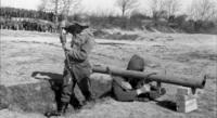 パンツァーシュレックについて質問です。 『パンツァーシュレック』とは、第二次世界大戦中にドイツ国防軍が使用した対戦車ロケット擲弾発射器であるが、『パンツァーシュレック』の点火装置は、引き金を操作すると発電する小型のダイナモを用いていたそうですが、ここで質問です。 『パンツァーシュレック』にロケット弾を装填する際、どうやって引き金にある小型のダイナモと繋げて、通電させていたのでしょうか?