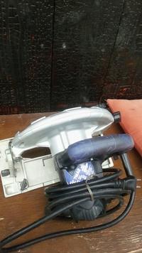 電動丸鋸のグリップが長年の使用でネチャネチャしています。綺麗にする方法を教えてください。 グリップ部分はゴムのような感じです。 汚れは手あかやゴム軍手などだと思います。