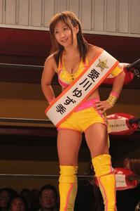 グラドル出身で元プロレスラー愛川ゆず季で質問です  1 グラドルからレスラーに転身した理由は?  2 レスラーとして強かったですか? 3 レスラーを引退した彼女に復帰を望む声が多いのは何故ですか?