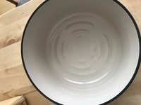 バーミキュラ鍋をお使いの方に質問です。以前から気になっていたバーミキュラ鍋26センチをオークションにて未使用品をついに購入し、今日届いたのですが 鍋底がバーミキュラは縦のリブ状になっ ているとの画像や...