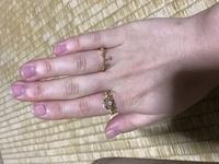 このリングをつけていたら母におもちゃみたいと言われてしました。おもちゃみたいでしょうか?  また今は人差し指に重めのリング、薬指に華奢なリングをはめています。 これは逆の方が良いで しょうか?  指が太くて短いので、自分にリングなんて…と思っていたのですが、思い立って買ってみたのですが、どうしたらいいのかよく分かりません。