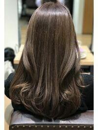 初投稿です。スーパーでレジのバイトをしているのですが、その職場はピアス禁止なのに私は店長に透明のならokと言われました。 その職場は髪を染めるのは黒に近い色じゃないと駄目なんですけど、他の人は髪を茶色...