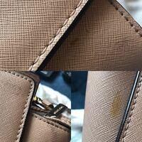 革バッグの汚れについて。 写真のような革のバッグに汚れがあります。 革専用のクリーナーや中性洗剤を薄めたもの、消しゴムなど試したのですがなかなか落ちず...  他に何か落とす方法ありましたらご教示くださっ...