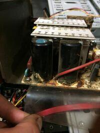 PCの電源が入らないです。 マザボのLEDは点灯します。 半年くらい電源入れてなくて今日起動しようとスイッチ押しても反応しなくてばらしてみたんですが、写真のでかいコンデンサ?これって液漏れですかね? 詳し...