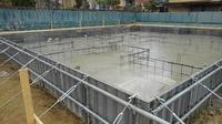 昨日の雨でベタ基礎配筋下の防湿シートに水が溜まり 本日、水溜まりの上からコンクリート打設されました。 最後の角の部分が、白っぽくなっていたのですが 問題ありますか?  また、仕上が りはきれいと思いますか?