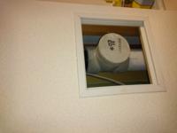 ガスファンヒーターを使いたいのですが、リビングにガス栓がありません。 キッチンにガスコンセント(?)があるのですが、それを使うしかないでしょうか。 その際、ホースはしっかり壁に沿わすことはできますか?...