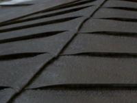 屋根の棟板金について質問があります。  専門の業者さんにお聞きしたいのですが、 屋根の雨漏りで先日屋根のリフームを致しました。 家の屋根は菱形葺の屋根でしたが、コストが掛かるため、 コストの掛からない安いトタン屋根に変更してもらいました。 ただ少し気になる面があります。 完成した後の屋根を見てみたら、なぜか板金が使われていません? 気になったので、業者さんに問い合わせて聞いたの...