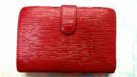 至急です! このルイ・ヴィトンの財布の名前わかる方いますか!? 2つ折りの財布です! 中と金具部分にヴィトンが書かれていたのでヴィトンであってます!