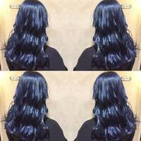 髪色をこんな感じのネイビーブルーにセルフでしたいのですが、カラーバターのネイビーブルーで出来ますか?カラーバター以外に良いものがあるなら是非教えてください!また何回ブリーチしたら綺 麗に入るでしょう...