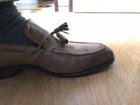 タッセルローファーのタッセルが立ち上がってしまうのですが、しばらく履いて革が伸びたら落ち着くのでしょうか。 買ったばかりの靴で、まだ使用していないのですが、私の足の甲が高いせいか、革が突っ張ってしまうようです。 いままでこのようなことは経験したことがないため、何か解決策があれば、ぜひご教示頂ければ幸いです。 よろしくお願い致します。