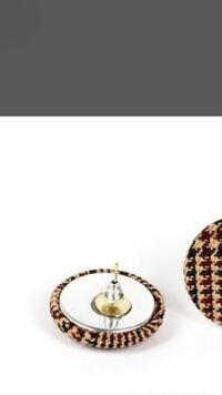 ハンドメイドでアクセサリーを作っています。 イヤリングやピアスの金具をパーツにくっつける時は、どの接着剤がおすすめですか?  画像のように、はみ出した時に透明の物がいいです。  強度の強い物でお願いしま...