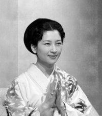 美智子皇后は昔は綺麗でした。 しかし今はなぜ変な眉毛の化粧にしてしまったのですか。  昔は普通に眉を自然に生やしていました。 形は整えていたかもしれませんが生えていました。 今は全剃りで本来の眉の位...
