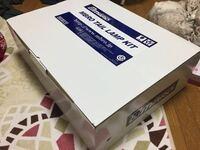 ヤマト運輸宅急便でのダンボール梱包方法について 以下の写真のような、車のテールランプを宅急便で送りたいのですが、この箱のまま発送できますか?ちなみに、この箱を開ければ物確認できる状態です。 それとも更に大きめのダンボールに入れて梱包すべきですか? そのままでOKな場合、もう既に中身は隙間なくプチプチ?で梱包してありますが、開け口など四隅はガムテープで止めたほうが良いのでしょうか。  初めての...