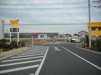 このT字路で右折車が待っていたら、 後方からきた左折車は左のゼブラゾーンから 左折しても問題ないですよね?