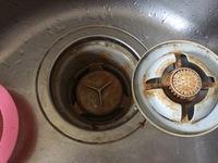 排水溝汚れ★閲覧注意!それほど掃除をサボっていないのに排水溝がすぐにこのようにオレンジ色に汚れてしまいます。油ものが多いわけではありません。  週に二回ほどはキッチン泡ハイターなど もふきかけていま...