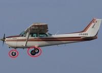 小型機、軽飛行機、セスナ機に詳しい方へお伺いいたします。 ・ ・ 小型機、軽飛行機、セスナ機が離陸した場合は、最新の機体はタイヤが格納するようになっているものもあるのでしょうか。 ・ 小型機、軽飛行機、...